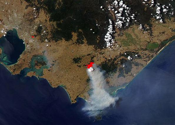 Imagem de satélite do Observatório da Nasa feita em 30 de janeiro mostra fumaça em região atingida por incêndio no sul da Austrália (Foto: AFP/Nasa)