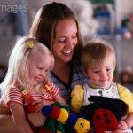 Au Pair, as vantagens e desvantagens. Au Pair cuidando de duas crianças.