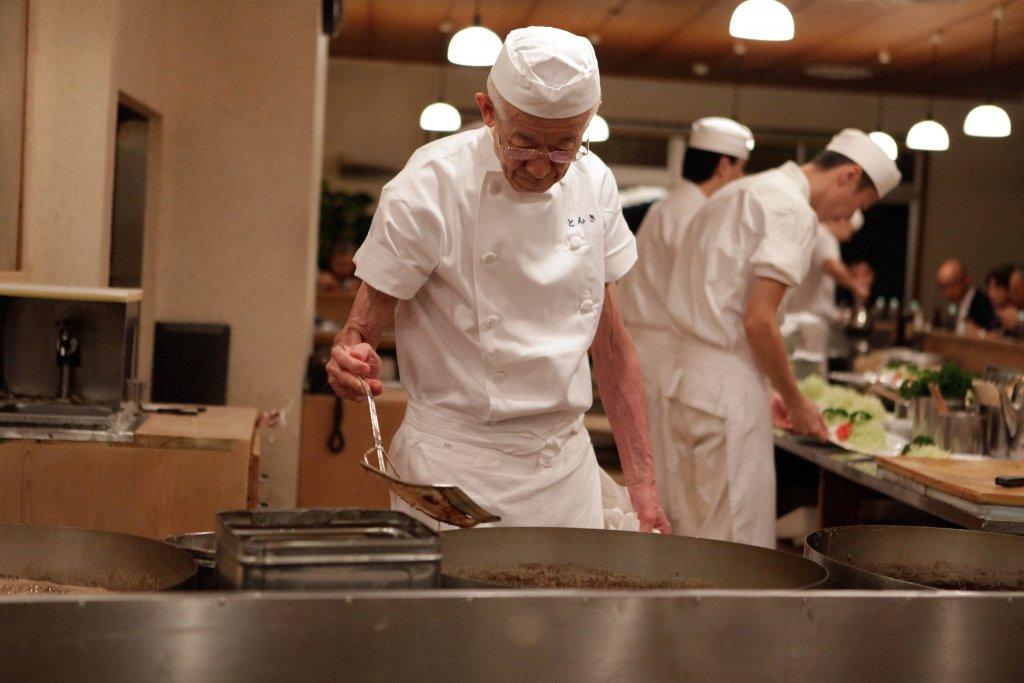 Cozinheiro fazendo Filé de Tonkatsu