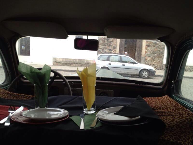 Sair do Brasil de Bicicleta - El Drugstore - Mesa de restaurante dentro do carro (Crédito: Márcia Procópio)