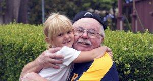 Abraço entre avô e neta