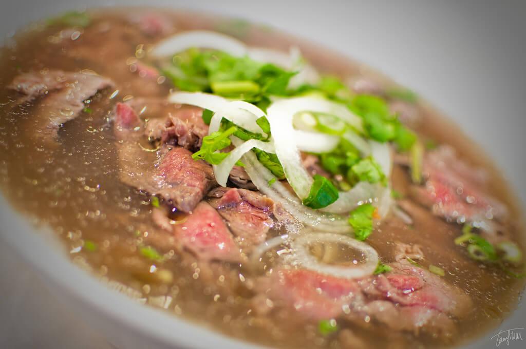phở: muito parecida com o bun bo hue, essa sopa com pedaços finos de carne é curiosamente consumida principalmente no café da manhã. Guia de viagem para o Vietnã
