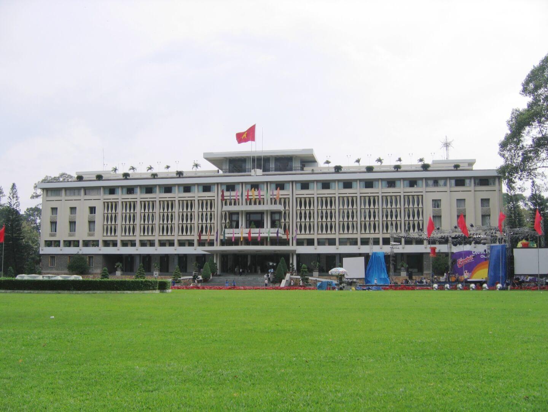 """HCMC Reunification Palace"" por Lerdsuwa - Obra do próprio. Licenciado sob CC BY-SA 3.0, via Wikimedia Commons - https://commons.wikimedia.org/wiki/File:HCMC_Reunification_Palace.jpg#/media/File:HCMC_Reunification_Palace.jpg"
