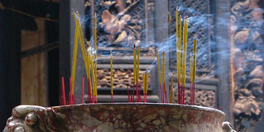 Cholon - Chinatown queimando Incenso no templo.