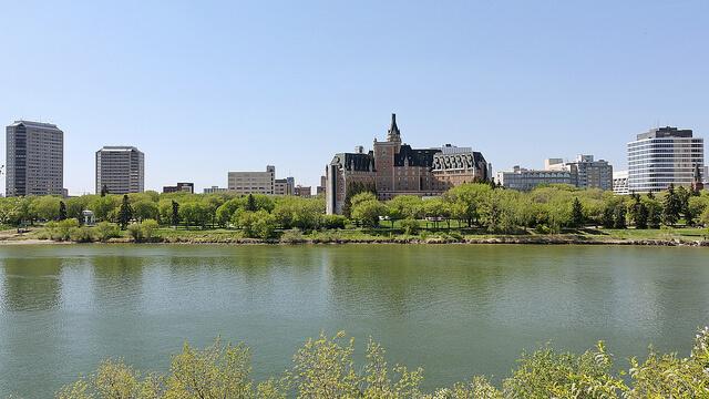 6 Lugares que pagam para você morar lá. Saskatchewan River, Saskatoon
