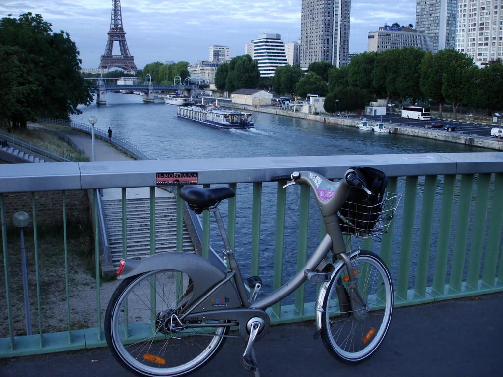 Foto de uma bicicleta pública de Paris.