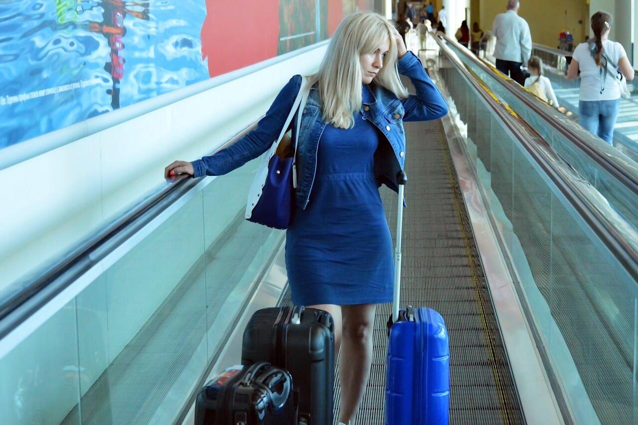 Overbooking, moça no aeroporto